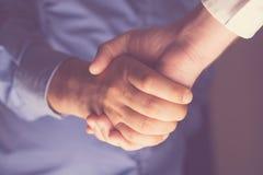 Händeschütteln von besten Freunden Restlicht Stockfotos