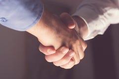 Händeschütteln von zwei Freundleuten Restlicht Stockfoto