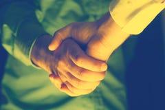 Händeschütteln von zwei Geschäftsleuten Restlicht Stockbild