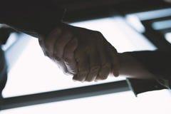 Händeschüttelngeschäftsperson im Büro mit Netzeffekt Konzept der Teamwork und der Partnerschaft lizenzfreies stockfoto