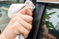 Händewaschen-Auto mit gelbem Gämse microfiber Tuch Lizenzfreie Stockfotografie