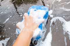 Händewaschen-Brown-Auto mit blauem Schwamm und Blasen schäumen Lizenzfreie Stockfotografie