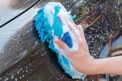 Händewaschen-Brown-Auto mit blauem Schwamm und Blasen schäumen Lizenzfreie Stockbilder