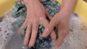 Händewaschenkleidung in der Schüssel stock video footage