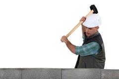 Händler, der einen Holzhammer verwendet Stockbilder