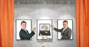 Händler mit kühlem Geldnotizbuch auf Feldern auf Wand Stockfoto