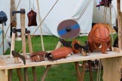 Händler stehen und mittelalterliche Fans auf einem mittelalterlichen Festival stockbild