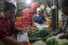 Händler vereinbaren Waren in Form von Gemüse Stockbild