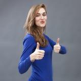 Hänförd ursnygg 20-talkvinna som tillfredsställs två gånger Royaltyfri Foto