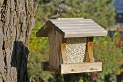hänga för fågelförlagematare som är trä Royaltyfria Foton