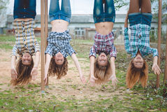 Hänga för fyra ungt roligt tonårs- flickor som är uppochnervänt Royaltyfria Foton
