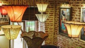 Hänga för golvlampor som är uppochnervänt i rummet royaltyfria foton