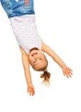 Hänga för liten flicka som är uppochnervänt Royaltyfria Bilder