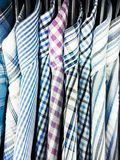 Hänga för skjortor för man` s fotografering för bildbyråer