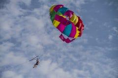 Hänga i en hoppa fallskärm över naamafjärden Arkivfoto