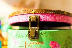 Hänga löst det öppna retro ljusa kulöra låset för läderklippningjärn Royaltyfria Foton