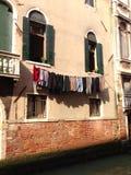 Hänga tvätterit för att torka Royaltyfri Bild