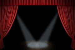 hänga upp gardiner den stora röda etappen Arkivbild