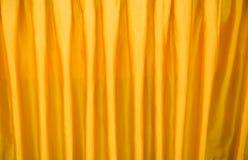 hänga upp gardiner guld- Royaltyfria Foton
