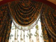 hänga upp gardiner lyx Arkivbilder