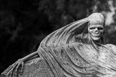 Hänga ut på kyrkogården Arkivfoto