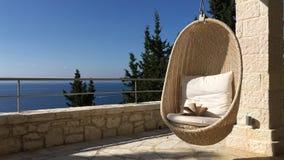 Hängande äggstol med öppen bok- och havssikt