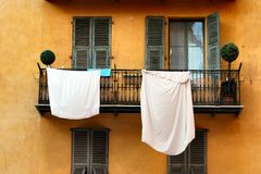 hängande ark för balkong som tvättar white Arkivbild