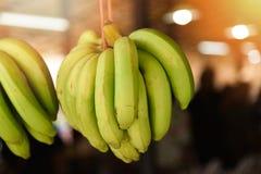 Hängande banangrupp som är till salu i marknadsställe Fotografering för Bildbyråer