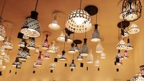 Hängande belysning i belysning shoppar arkivfoto
