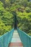 Hängande bro i molnskogen, Monterverde royaltyfri bild
