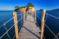 Hängande bro till ön arkivbilder