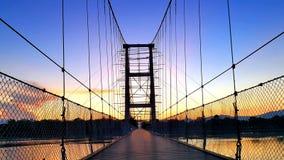 Hängande bro under konstruktion under härlig solnedgång Royaltyfria Bilder