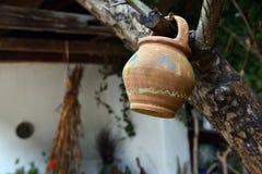 Hängande gammal keramisk tillbringare Fotografering för Bildbyråer