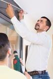 Hängande gardinstång för fader och för son Arkivbilder