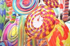 Hängande garnering för färgglad godisinstallation arkivbilder