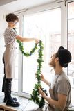 Hängande girland på fönster i kafé royaltyfri fotografi