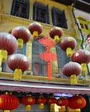 Hängande härliga lyktor med inställningen mot de gula fönstren Royaltyfria Bilder