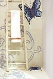 hängande handduk för badrum arkivfoton