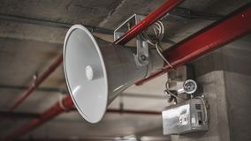 Hängande horn- högtalare för vit megafon royaltyfri bild
