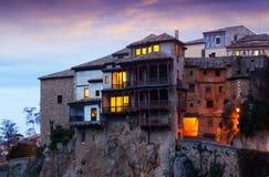 Hängande hus av Cuenca i skymning Arkivfoton