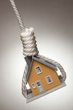 hängande husfälla som binds upp arkivfoton