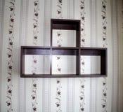 Hängande hyllor på väggen arkivfoto
