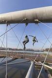 Hängande järn figurerar att balansera på rep på spången Bernatka, Krakow, Polen Royaltyfria Foton