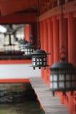 hängande japan lyktamiyajima relikskrin Arkivbild