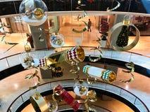 Hängande julpynt i modern shoppinggalleria royaltyfria bilder