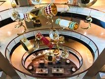 Hängande julpynt i modern shoppinggalleria royaltyfri foto