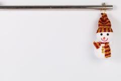 Hängande julsnögubbe med det gamla stålröret på vit Royaltyfri Foto