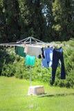 Hängande kläder på en linje Arkivfoto