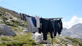 Hängande kläder på en pinne i nationalparken i dolomitesna arkivfilmer