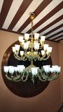 Hängande klassisk mässingsljuskronalampa royaltyfria foton